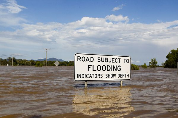 australia flooding 2010 road sign 31001 600x450